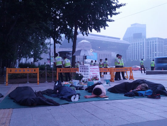 26일 아침 6시경, 쌍차 노동자들이 잠을 자고 있다.