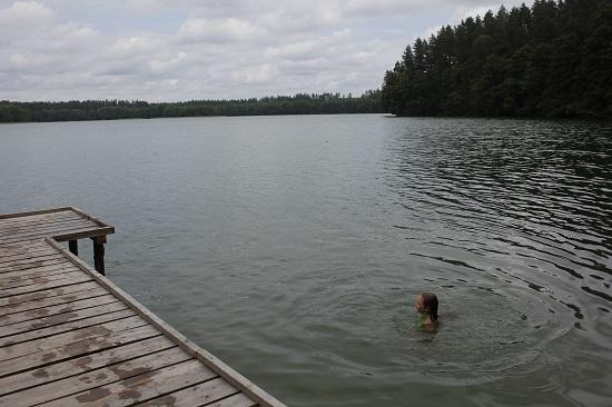 밀다는 호수에서 노는 것을 좋아한다.