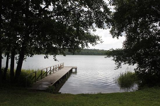 호수 주변에 사는 사람들은 호수에서 수영하기를 즐긴다.