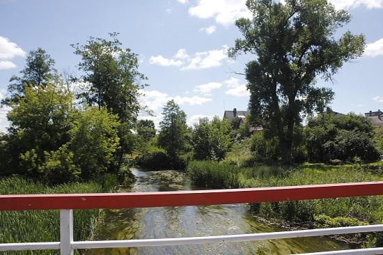 마을 가운데를 흐르는 강.