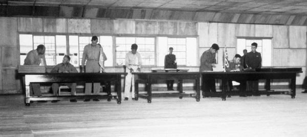 정전협정 조인식 1953년 7월 27일 오전 판문점에서 열린 정전협정 조인식.