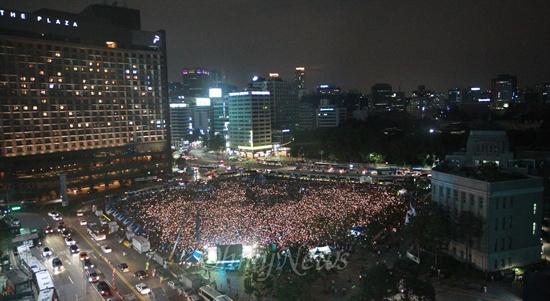 시청광장 가득 메운 촛불시민 27일 오후 서울 중구 서울시청앞 광장에서 열린 '국정원 정치공작 대선개입 규탄 진상규명 촛불문화제'에 수많은 참가자들이 국정원의 대선개입을 규탄하며 촛불을 밝히고 있다.