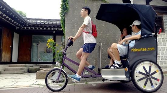 무더운 여름날씨에도 땀흘리며 달리는 젊은 라이더의 모습이 보기 좋다.
