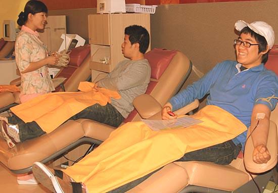 아프리카 떠나기 전에 헌혈을 하고 있는 큰아들 조승(맨 우측).