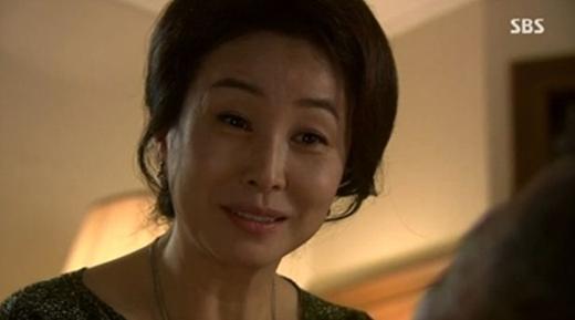 '황금의 제국' 최동성 회장의 아내인 한정희는 이 드라마에서 가장 눈에 띄는 '악역'이라 할 수 있다. 그러나 그의 복수심에는 충분한 이유가 있다.