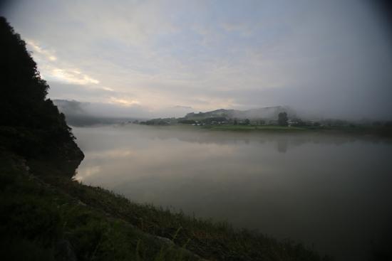 단양을 가로지르는 남한강. 이른 새벽에 물안개가 피어 오른다.