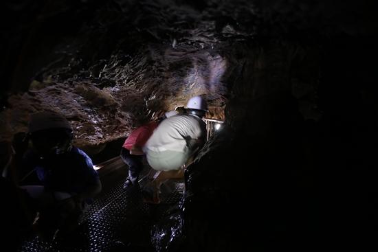온달동굴에는 기어서만 들어갈 수 있는 곳이 있다.