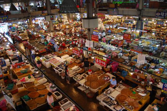 충남 서천의 특화시장  충남 서천군에 위치한 특화시장. 이곳은 수산물이 특성화 된 수산시장이다.