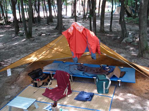아늑한 야외캠프 간단한 바람막이 천을 이용하여 만든 간이 야영시설, 1인 캠핑의 여유로움을 즐길 수 있다.