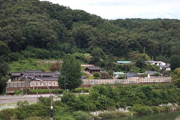 임청각 앞을 지나는 철도, 일본이 일부러 놓은 것이다.