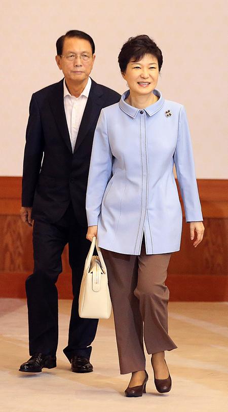 박근혜 대통령이 6일 청와대에서 국무회의를 주재하기 위해 회의장으로 입장하고 있다. 뒤에 보이는 이는 김기춘 신임 비서실장.