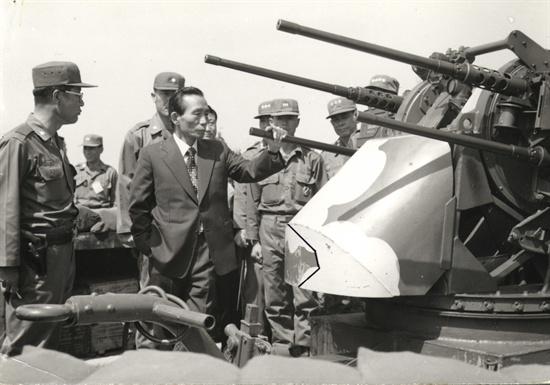 1975년 5월 23일 박정희 대통령이 최전선에 배치되어있는 한국군 부대를 시찰, 근무태세를 점검하고 있다.
