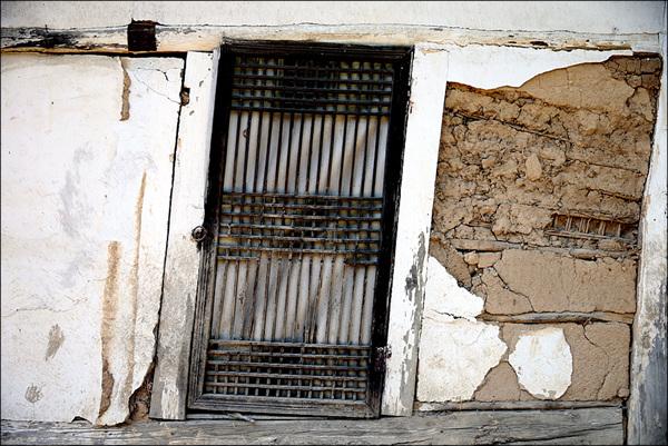 폐가 오래된 폐가의 문과 기둥이 비스듬하게 기울어졌다.