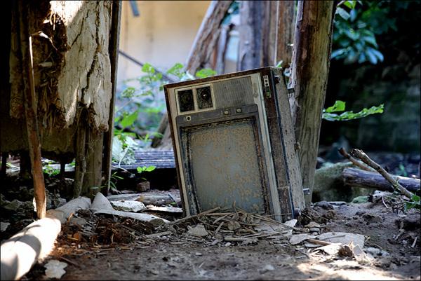 폐가 뒷꼍에 버려진 TV, 어쩌면 그것이 세상과 소통하는 유일한 기구였을지도 모르겠다.