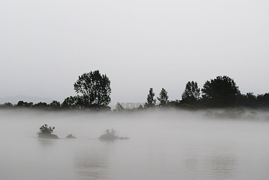 춘천 의암호, 물안개 속에 중도가 바라다보이는 풍경.