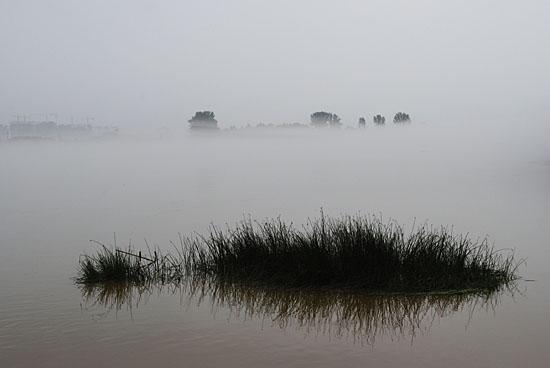 춘천 의암호, 불어난 물에 잠긴 풀무덤.