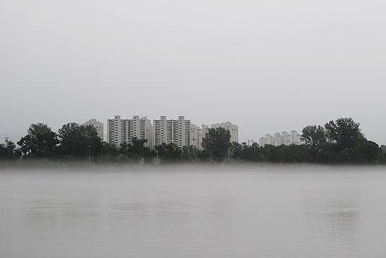물안개가 걷히면서 서서히 드러나는 춘천 시내 아파트숲.