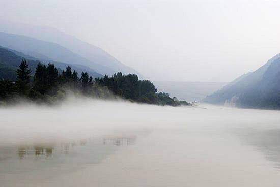소양강 물안개. 멀리 소양강댐이 희미한 윤곽을 드러내고 있다.