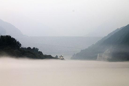 물안개에 덮인 소양강과 소양감댐.