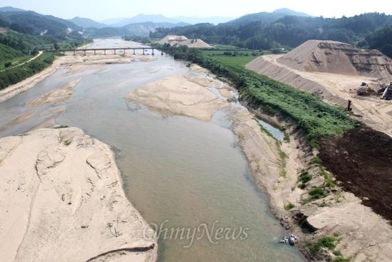 영주댐 건설공사가 한창인 가운데, 수몰지인 내성천에는 강과 산이 파이거나 깎이고 있다. 내성천은 낙동강 제1지류다.