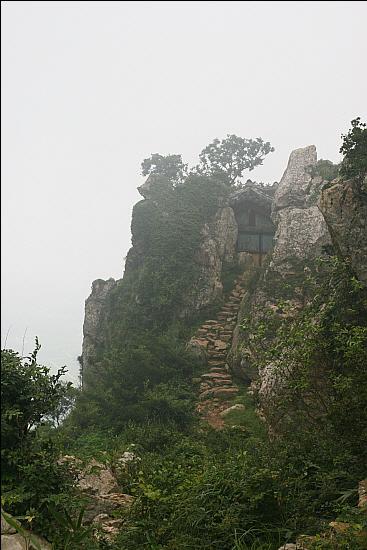 도솔암 정경 벼랑바위 위 한 뼘 공간에 새가 둥지 틀듯 걸터앉아 있다