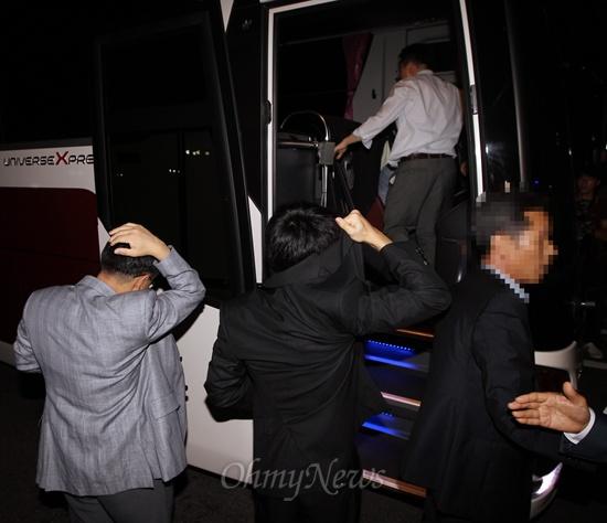 19일 국회에서 열린 국정원 댓글 의혹 사건 등의 진상규명을 위한 국정조사 청문회에 증인으로 출석했던 국정원 직원 김하영씨가 자정무렵 청문회 산회후, 국정원 관계자들의 비호를 받으며 국회 본관 앞에 대기중이던 버스 차량에 오르고 있다.