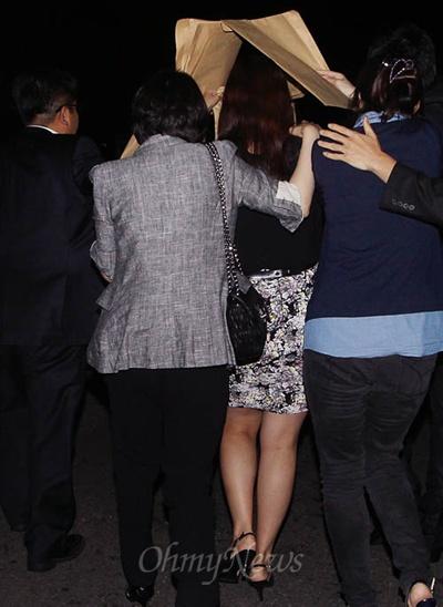 19일 국회에서 열린 국정원 댓글 의혹 사건 등의 진상규명을 위한 국정조사 청문회에 증인으로 출석했던 국정원 직원 김하영씨가 자정무렵 청문회 산회후, 국정원 관계자들의 비호를 받으며 국회 본관을 나서고 있다.