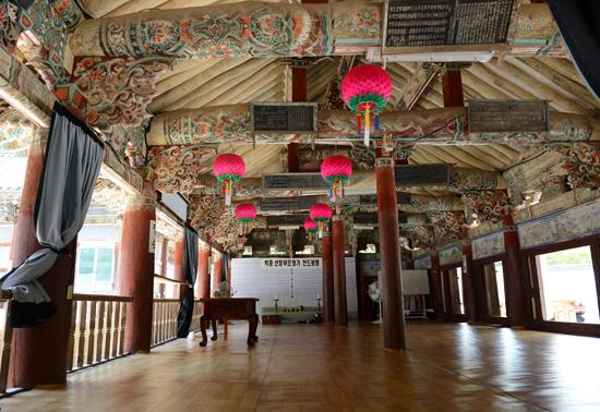자방루 자방루란 '꽃다운 향기가 점점 불어난다'는 말로 '불도를 닦는 누각'이란 뜻이다. 영조 40년(1764) 뇌원대사가 초창하고 고종25년(1888)에 중수한 누각으로 조선후기를 대표하는 뛰어난 건물로 평가받고 있다.