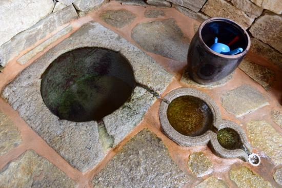 옥천샘 옥천사에서 제일 유명하다고 할 수 있는 샘물인 옥천샘. 물 한 모금 떠 마시면 마음에 찌든 때를 말끔히 씻을 수가 있다.