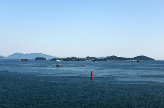 쪽빛바다 사천시 삼천포대교 위에서 바라 본 남해의 푸른 바다.