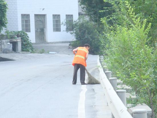 구간별로 도로를 매일같이 쓸고 있는 중국 청소원