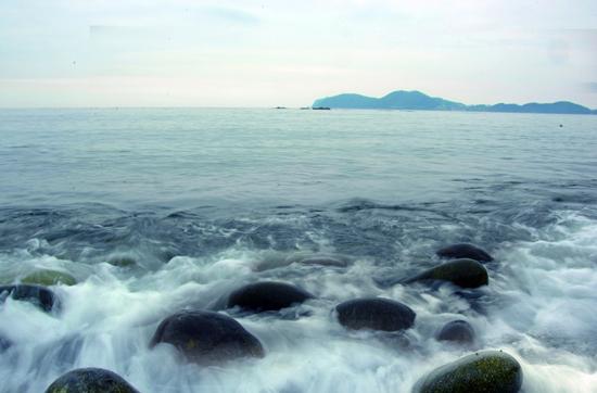 몽돌 구르는 소리 거제 학동흑진주몽돌해변의 몽돌 구르는 소리. 이 소리는 2001년 환경부가 선정한 '한국의 아름다운 소리 100선'에 선정되기도 했다.