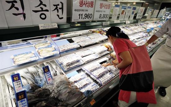 일본 방사능 오염수에 대한 우려를 불식시키고 국민에게 안전한 수산물을 공급하기 위해 원양산 수산물에 대한 방사능 안전성 조사를 확대할 계획이라고 해양수산부가 발표한 8월 25일 서울시내 한 마트에서 시민이 수산물을 고르고 있다.