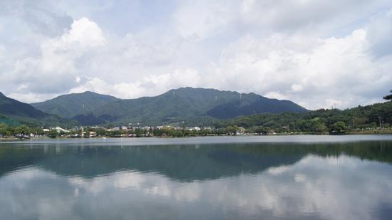 맑은 날씨 의림지에 반사된 산과 하늘