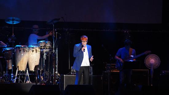 제9회 국제음악영화제 무대에서 그룹 바이브의 윤민수가 노래하고 있다