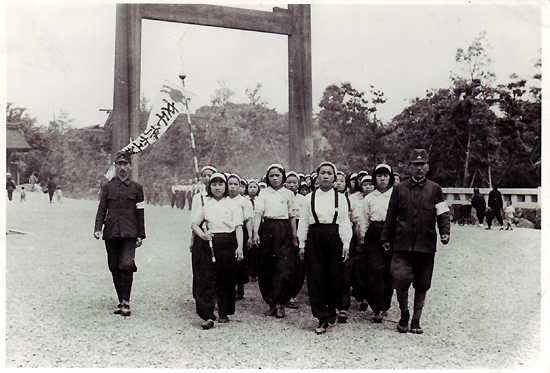 미쓰비시중공업에 동원된 여자근로정신대 대원들 1944년 6월경 미쓰비시중공업 나고야 항공기제작소에 동원된 어린 여자근로정신대원들이 일본인 인솔자를 따라 깃발을 앞세우고 신사참배에 나서고 있다.