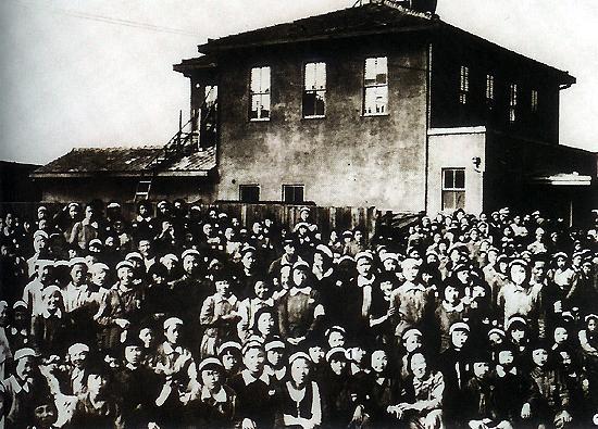 귀국 길에 나선 어린 소녀들 1945년 해방 후 항구에서 귀국선을 기다리는 전라북도 여자 근로정신대 대원들. (2003년 독립기념관·한국독립운동사연구소 특별기획전 사진자료)