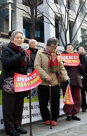 지팡이에 의지하고 있는 할머니들. 2013년 2월 27일 외교부 앞에서 규탄 기자회견을 갖고 있는 근로정신대 피해 할머니들이 지팡이 하나에 의지해 힘겹게 서 있다.