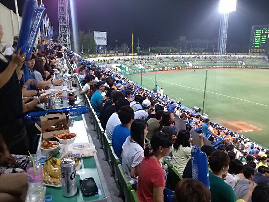 NC다이노스와 삼성라이온즈의 1군 경기가 있었던 대구시민야구장 3루 응원석의 모습.