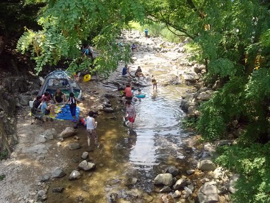 여유 장안사 계곡에는 여유를 즐기는 사람들로 가득하다.