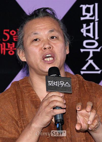 30일 오후 서울 왕십리CGV에서 열린 영화 <뫼비우스> 시사회에서 김기덕 감독이 기자들의 질문에 답하고 있다.