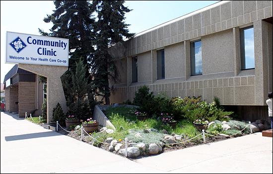 캐나다 새스커툰 시내 북쪽에 자리잡은 의료협동조합 '커뮤니티클리닉'의 모습. '헬스케어 코-옵(Health Care Co-op)'이라고 적은 입간판이 서 있다.