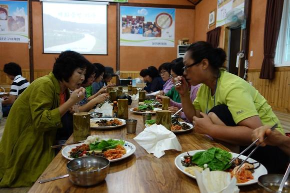 참가자들의 식사시간 매화둠벙마을에서 준비한 대통밥과 지역농산물로 만든 음식을 먹었스빈다.