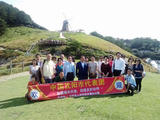 팸투어단 중국 선양시에서 거제도를 찾은 팸투어단 일행이 풍차를 배경으로 기념촬영을 하고 있다.