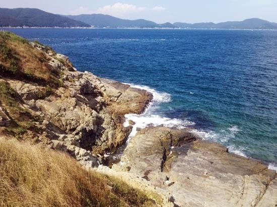쪽빛바다 거제도 바람의 언덕 앞 쪽빛바다. 바닷바람이 바람의 언덕을 타며 오르고 있다.