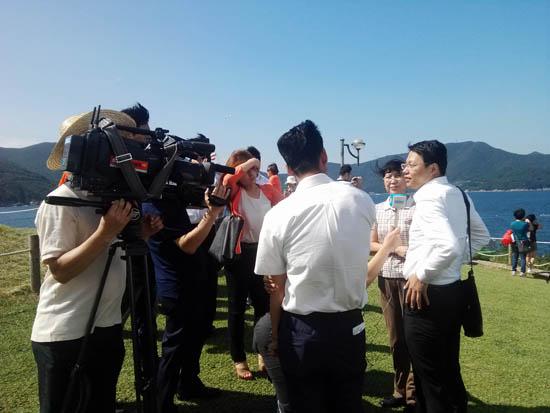 인터뷰 중국 선양시 팸투어단 일행이 거제도 바람의 언덕에서 방송사와 인터뷰를 하고 있다.