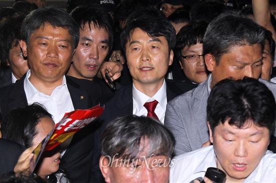 구인영장 집행에 응하는 이석기 내란음모 혐의를 받고 있는 이석기 통합진보당 의원의 체포동의안이 가결된 4일 오후 국회 의원회관에 있던 이 의원이 국정원의 구인영장 집행에 응하고 있다.