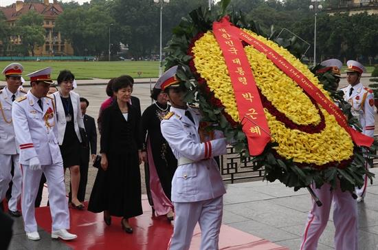 베트남을 국빈 방문중인 박근혜 대통령이 9일 오전(현지시간) 베트남 하노이에 위치한 호찌민 전 국가주석의 묘소를 방문, 헌화하고 있다.