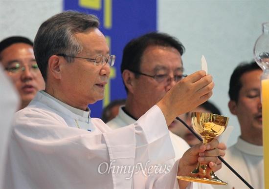 9일 저녁 부산 중구 천주교 부산교구 주교좌 중앙성당에서는 부산교구 신부들이 시국미사를 집전했다. 이날 천주교 부산교구 신부와 수도자 877인은 국정원의 대선개입을 규탄하는 2차 시국선언도 발표했다.
