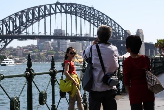 하버 브리지를 배경으로 사진을 찍는 중국 관광객